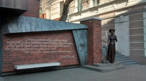 A monument to E. Pray stands on Svetlanskaya Stree